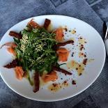 """Ресторан Котлета - фотография 5 - Салат """"Руккола с семгой и вяленными помидорами"""""""