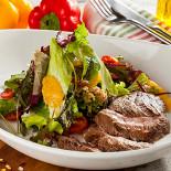 Ресторан Pesto Café - фотография 3 - Томленная говяжья вырезка с салатными листьями, запеченным