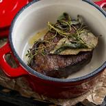 Ресторан 19 Bar & Atmosphere - фотография 6 - Вырезка, томленная с букетом трав и сосновыми шишками
