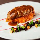 Ресторан Бифштекс - фотография 1 - Утиная грудка с винегретом из свеклы и инжира