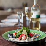Ресторан Lima - фотография 1 - Перла дель Мар - теплый салат из морепродуктов с рукколой, под сливочным соусом.