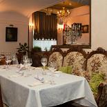 Ресторан La foresta - фотография 1 - Старинная мебель в интерьере ресторана.