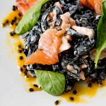 Ресторан Simple Pleasures - фотография 4 - Фетучини с лососем и соусом манго