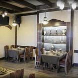 Ресторан Портос - фотография 2 - Гасконский зал.  20 посадочных мест. В этом зале мы часто проводим банкеты. «Гасконский зал»: его мебель и  аксессуары в заданном стиле, а также особенность зала - изображения, выполненные профессиональными художниками, перемещает Вас в одну из провинций Франции.