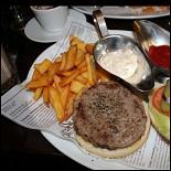 Ресторан Плюшка - фотография 1 - Фирменный бургер
