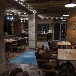 Ресторан Варшавский - фотография 2 - 2 зал сочетает в себе утонченное освещение и интерьер с необычными деталями, рождая атмосферу непринужденного общения.