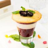 Ресторан Graf-in - фотография 6 - Ванильная Панакотта - сливочное и фруктовое желе со свежими лесными ягодами, подается с хрустящим французским печеньем