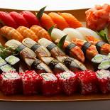 """Ресторан Три самурая - фотография 1 - """"Самурайский сэт"""" ассорти из 21-й суши и 2-х роллов."""