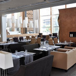 Ресторан Tribune - фотография 1 - основной зал ресторана с камином площадью 400 кв.м на 150 гостей