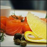 Ресторан Ньютон - фотография 6 - Кухня. Лосось слабого посола с каперсами и сливочным хреном