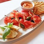 """Ресторан Граци - фотография 4 - Антипасти с Пармской ветчиной , прованским хлебом , томатным """"Песто"""" , сыром Моццарелла и каперсами."""