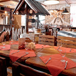 Ресторан Петровская слобода - фотография 3 - Уютный зал в деревенском стиле с каретой и колодцем