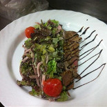 Ресторан Бугров - фотография 2 - фирменный тёплый салат Бугров