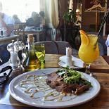 """Ресторан Руккола - фотография 2 - Микс-салат с уткой и соусом Блю чиз, коктейль """"Энергичный апельсин"""""""