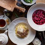 Ресторан Tatin - фотография 2 - Домашний обед с холодным свекольным супом и пастой Карбонара