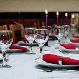 Ресторан Гурман - фотография 2 - Приятная сервировка стола сделает праздник еще более запоминающимся.