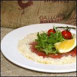 Ресторан Milano ricci - фотография 5 - Карпаччо из телятины с салатом Романо и лимонным маслом