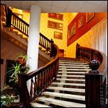 Ресторан Дом актера - фотография 1 - Лестница на 2-й этаж в ресторан