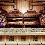 Ресторан Чайхона №1 - фотография 2 - Тандыр и мангал украсили изготовленные на заказ медные крышки с художественной авторской чеканкой.