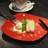 Ресторан Антоновка - фотография 4 - В Антоновке не очень много десертов, но из существующих много именно яблочных! Штрудель конечно прекрасен!!!