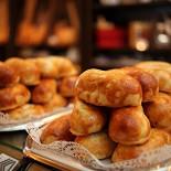 Ресторан Булочная №5 - фотография 1 - В Булочной №5 можно закусить вкуснейшими пирожками с мясом, грибами, рисом-яйцом-луком, капустой, картошкой, яблоком и вишней.