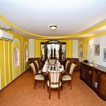 Ресторан Фантазия - фотография 4 - Для небольшой компании до 8 человек, желающей спрятаться от шума и суеты, в «Фантазии» есть камерная желтая кабина. Удобные кресла, телевизор, кондиционер сделают Ваш отдых в этом уютном месте приятным и расслабляющим!