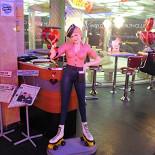 Ресторан Beverly Hills Diner - фотография 1 - Встречающие девушки на роликах.
