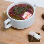 Ресторан Шуга - фотография 1 - Борщ – это поистине король супов, а борщ с говядиной – это классический его вариант, с говядиной, подаётся с чесночными гренками, салом и сметаной