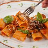 Ресторан Золотой козленок - фотография 5 - Пенне с помидорами и базиликом