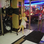 Ресторан Beverly Hills Diner - фотография 2 - А у самого входа Вас встретит Мерилин Монро.