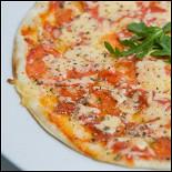 Ресторан Шуга - фотография 6 - Сервелат, колбаски охотничьи, ветчина, куриная грудка, бекон, лук красный, пикантные специи, сыр голландский, томатный соус