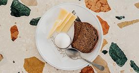 Новые завтраки в Москве: запеканка с клубникой и пашот с идеальным лососем