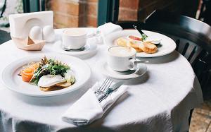Флэт-уайт, омлет с крабом и сырники с маком: 11 интересных завтраков