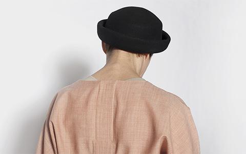 «Все имеют право хорошо выглядеть»: как шьют дизайнерскую одежду для инвалидов
