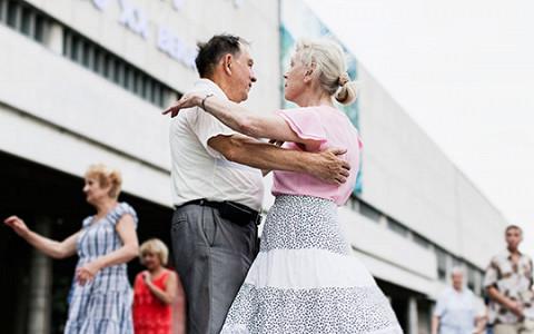 «Люблю «Сударушку», фигурные вальсы, падеграс»: как танцуют пенсионеры