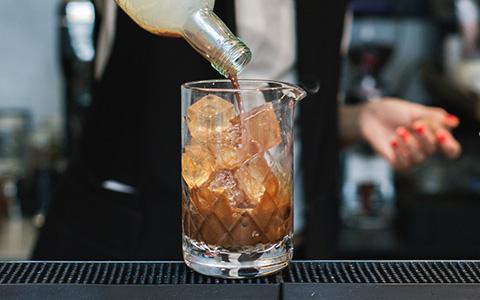 Вино за 110 и водка за 70: сколько должен стоить алкоголь в ресторанах