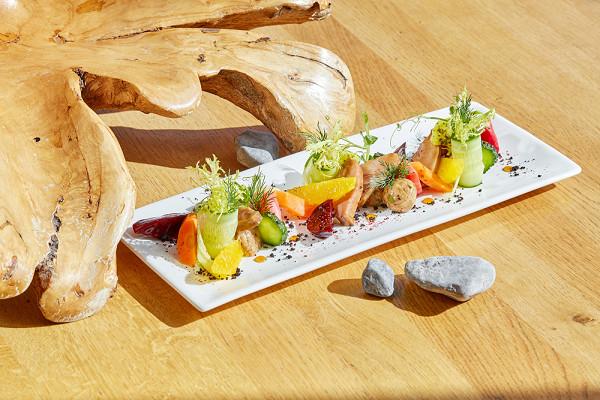 атаки из утки в домашнем маринаде с соусом терияки с маринованными овощами и мякотью апельсина (1450 р.)