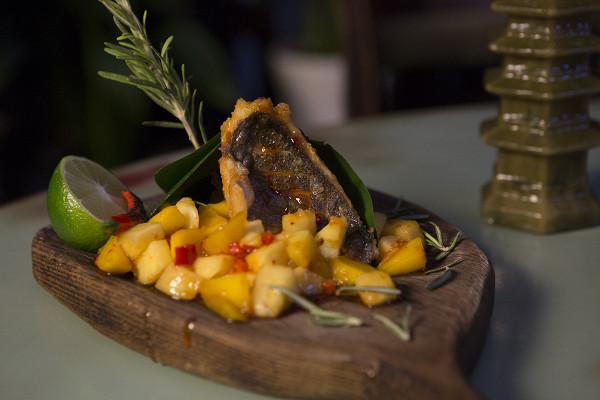 дорадо в банановых листьях с ананасом, манго и острым соусом чатни (780 р.)
