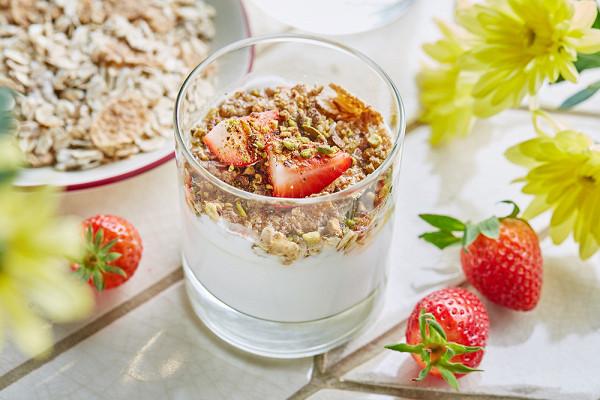 панна-котта из обезжиренного кефира и домашнего йогурта с гранолой, свежими ягодами и липовым медом (250 р.)