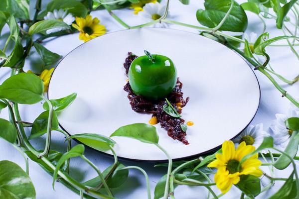 утиный паштет с яблочной глазурью и луковым мармеладом (770 р.)