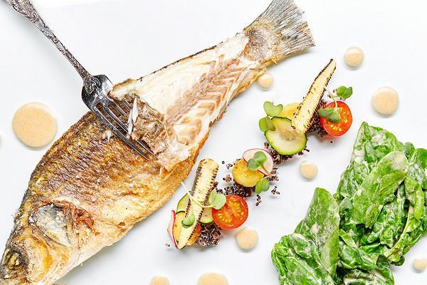 сибас со шпинатом и соусом «том-кха» (2750 р.)
