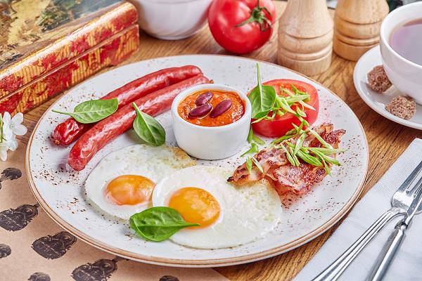 глазунья с двумя колбасками, беконом, красной фасолью в томатном соусе и помидором гриль (290 р.)