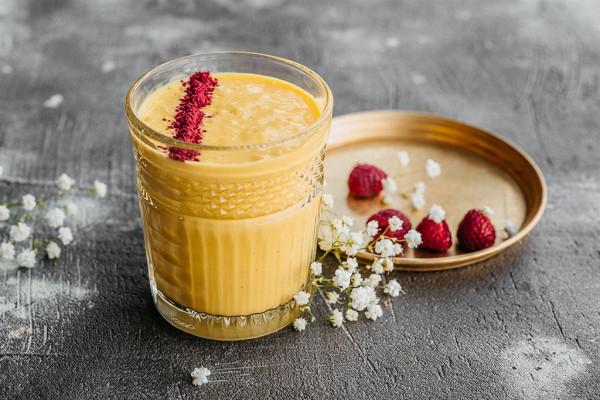 манго ласси на основе йогурта с добавлением сока лайма и сублимированной малины (390 р.)
