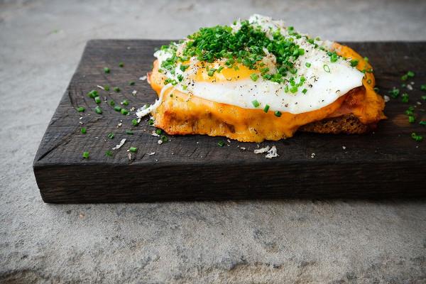 перловый тост с окороком, чеддером, яйцом и трюфелем (450 р.)