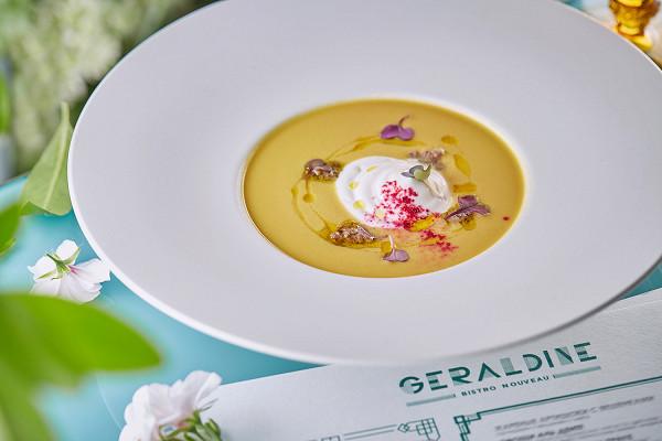 холодный суп из желтых запеченных перцев с имбирем, белым вином, сливками и муссом из козьего сыра (580 р.)