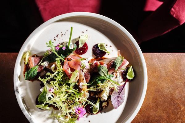 салат с печеной грушей, карамельной свеклой и голубым сыром (650 р.)