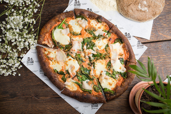 пицца с кальмарами, моцареллой и шпинатом на бородинском тесте из ржаной муки (780 р.)