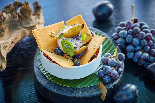 теплый пирог «Клафути» со сливами и виноградом (550 р.)