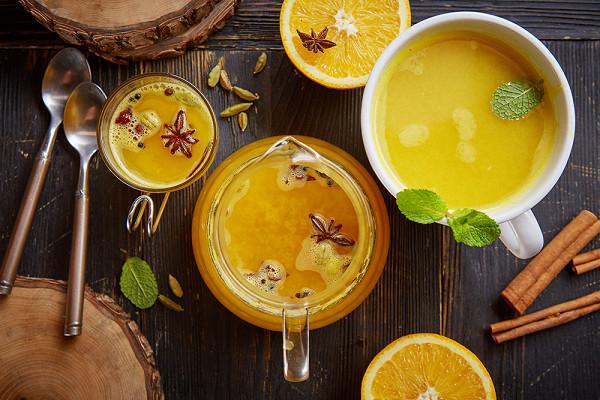 чай на смеси цитрусовых, ананаса, ромашки, меда и биттера (500 р.)
