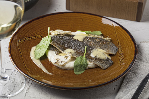 филе форели с кремом из цветной капусты под классическим соусом берблан (550 р.)